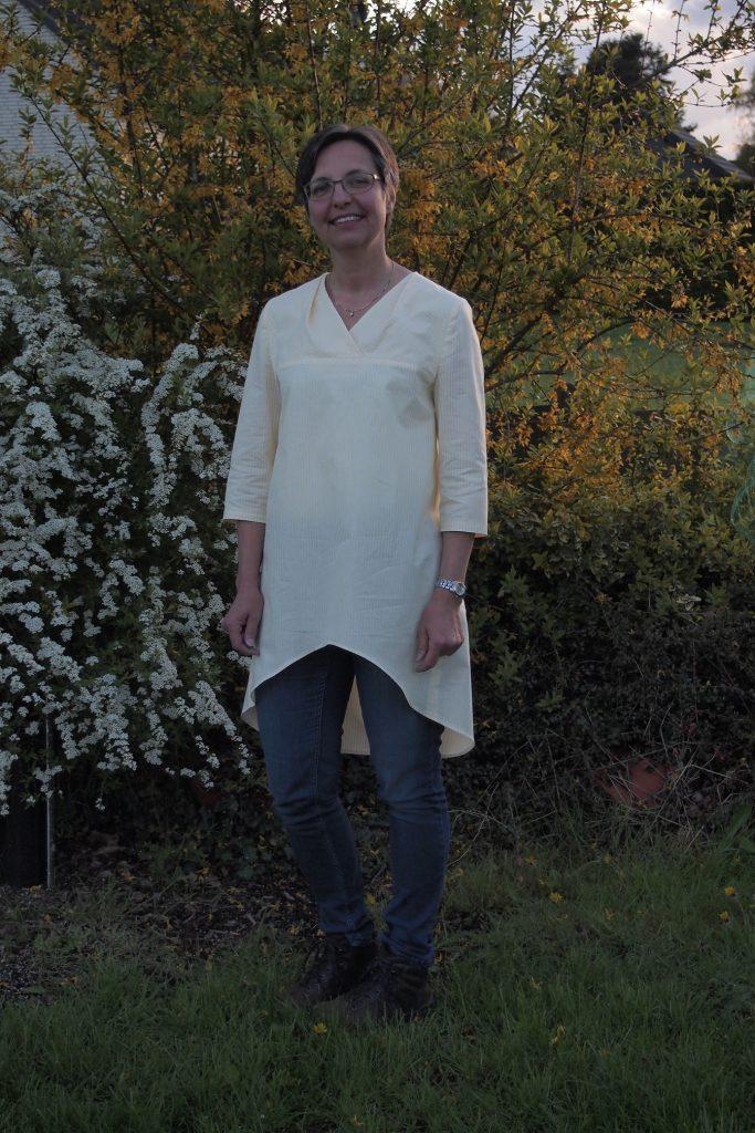Eine Bluse mit geschwungenem Saum