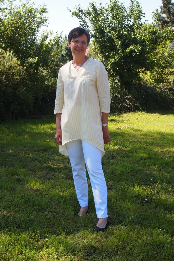 Hemdbluse und weiße Hose